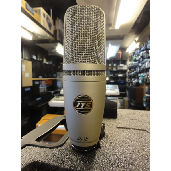 <p>Wide-diaphragm condenser microphone for recording vocals and acoustic instruments.</p><p>Excellent sound at this price.</p><p>1'' gold-sputtered capsule.</p><p>Well-built microphone, attractive design.</p><p></p>