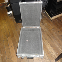 <p>Well-built foam-lined mixer case</p><p>Heavy vinyl coating and chunky ally-cladding.</p>