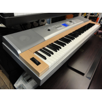 Great digital piano/arranger hybrid in excellent condition.<br /><br />Matchng wooden stand and music rest included (not pictured).<br /><br /><br />