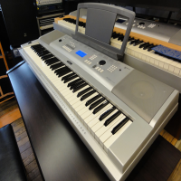 yamaha dgx220<br /><br />Lovely 76 key arranger keyboard with 489 sounds and 100 styles. <br /><br />Excellent condition, with music rest and manual.<br /><br /><br />