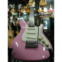 <p>Lovely pink 3/4 size electric guitar.&nbsp; Perfect entry-level strat for kids.</p>