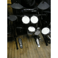<p>Superb 5-piece electronic drum kit with stool and kick pedal.</p>